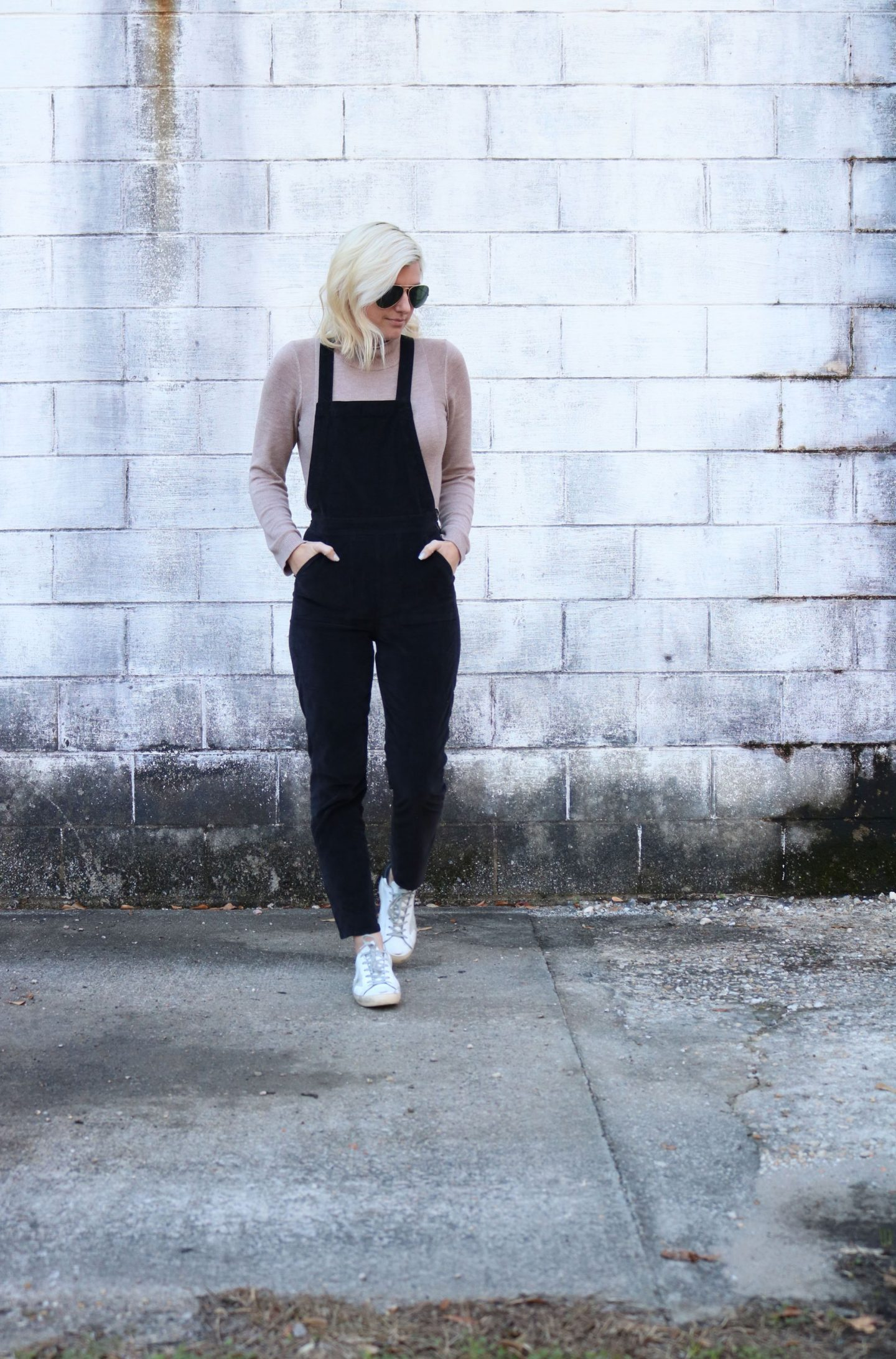 wearing sneakers with overalls, how to wear overalls